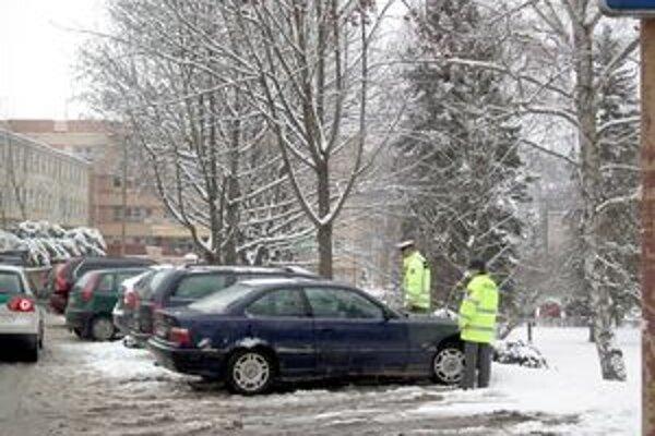 Parkovanie kontrolovali policajti aj pred nemocnicou.