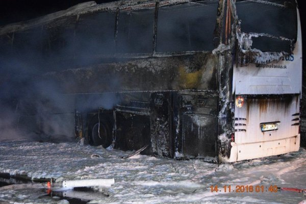 Pri požiari sa nikto nezranil, autobus však zhorel do tla.