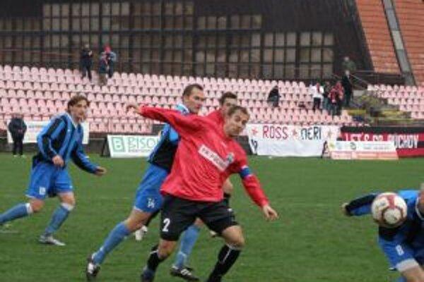 Púchovčan Riška (v červenom č. 2) svojím gólom zachránil bod v zápase s D. Kubínom.