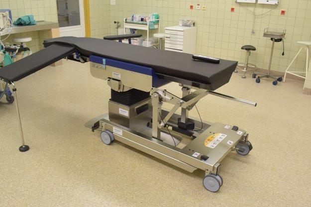 Nový operačný stôl s karbónovou doskou.
