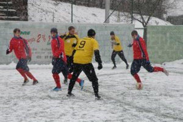 Dubnica B (v červenom) skončila po prehre s FK Dubnica (žltí) na druhom mieste.