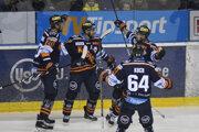Na snímke radosť hráčov Košíc po prvom góle v zápase 23. kola hokejovej Tipsport ligy HC Košice - HKM Zvolen