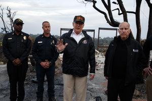 Americký prezident Donald Trump v Kalifornii kde požiar pustoší lesy aj obytné štvrte.