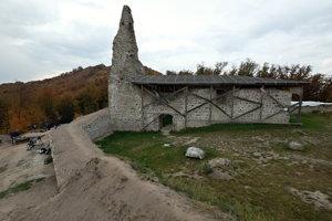 Veža Dolného hradu a južná línia opevnenia, október 2018.