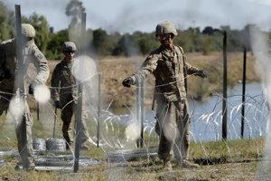 Americkí vojaci osádzajú ostnatý drôt pri rieke Rio Grande na hraniciach s Mexikom.
