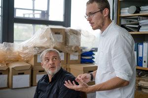 Herec Roman Luknár (vľavo) a režisér Teodor Kuhn (vpravo) počas nakrúcania filmu Ostrým nožom