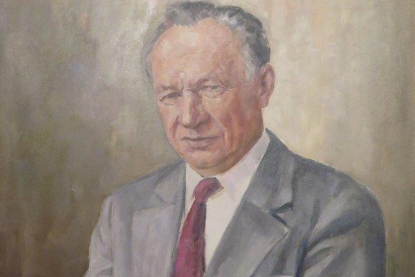 Portrét Jána Tkáča je umiestnený vo vestibule magistrátu.