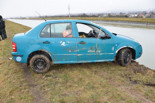 Auto vytiahli z inundačného kanála Váhu