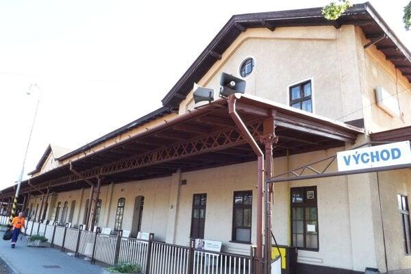 Výpravná budova na železničnej stanici v Nitre.