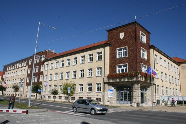 Mestský úrad Spišská Nová Ves. Sem ľudia môžu nosiť veci do zbierky.