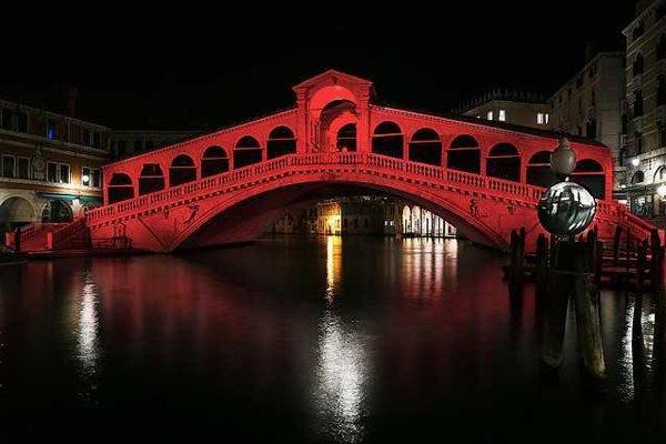 Benátsky Grand Canal osvetlený červeným svetlom.