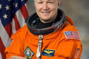 Spolu s Behnkenom poletí v kapsule Crew Dragon aj Douglas Hurley.