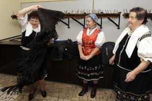 Členky Folklórnej skupiny Žrnovanka predvádzajú typické oblečenie žien, ktoré sa nosilo v minulosti v obci Horná Mariková.