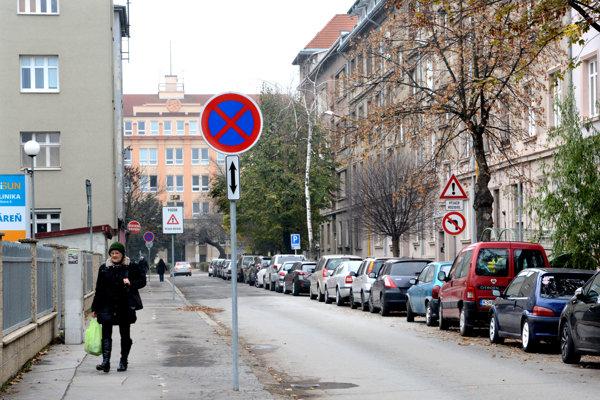 Na parkovanie už ostala len pravá polovica ulice.