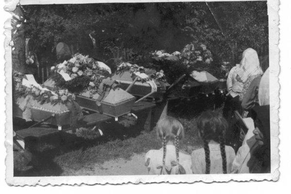 Pohreb vojnových obetí v Starej Lehote.