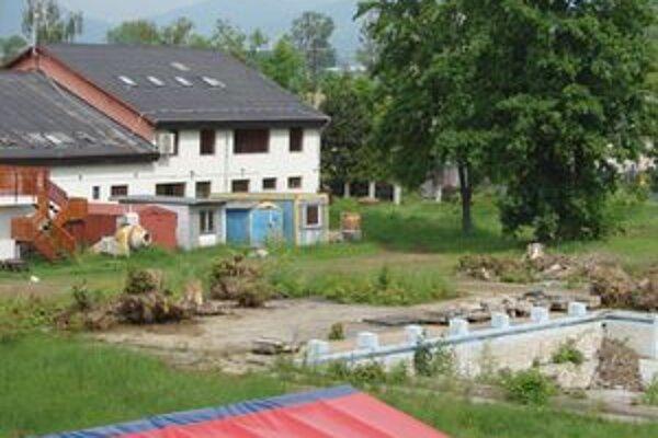 Letné kúpalisko. Je zatvorené niekoľko rokov. Má, ako aj okolité pozemky, súkromného vlastníka, ktorý ho teraz ponúka naspäť mestu.