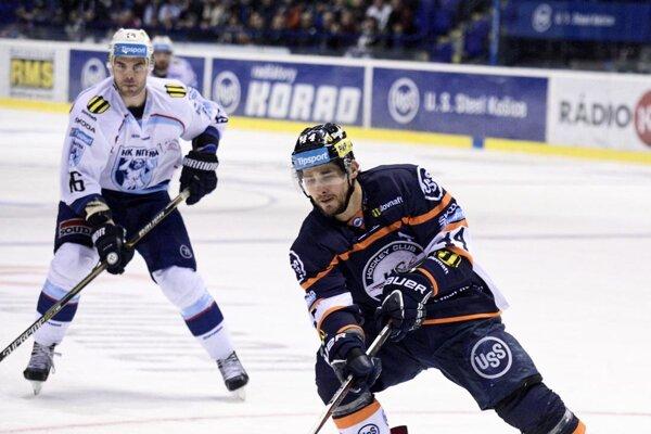 Zľava David Laliberté z Nitry a Gabriel Spilar z Košíc v zápase 48. kola hokejovej Tipsport ligy.