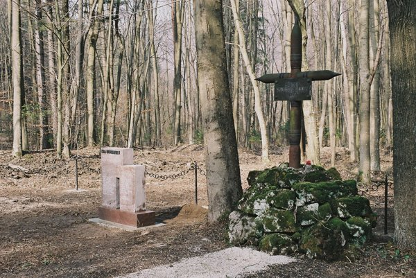 """Držiteľ Nobelovej ceny mieru Elie Wiesel napísal v súvislosti s holokaustom Židov: """"Zabudnúť na obete holokaustu znamená nechať ich znovu zomrieť""""."""