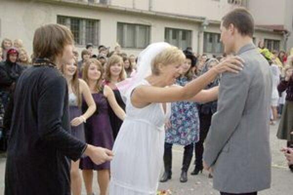 Nechýbal priamy prenos zo svadby profesorky a študenta.