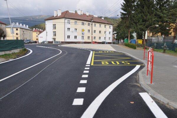 Pohľad na autobusovú zastávku pred školou.