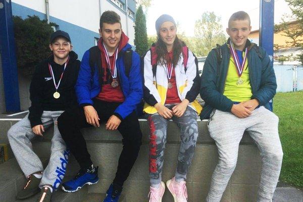 Štvorica plavcov ŠK Delfín Nitra - zľava Daniel van Wyk, Ondrej Bielik, Alexandra Galová a Tomáš Peciar.