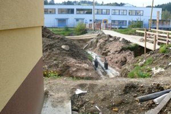 Rozkopávky na sídlisku SNP pre realizáciu prepoja na centrálny zdroj vykurovania. Obyvatelia mali takmer celý september v bytoch zimu.
