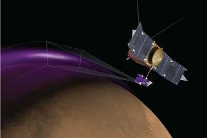 Mars máva polárne žiary podobne ako Zem. Môžu však zahaliť takmer celú červenú planétu, ukázali to dáta z planetárnej sondy MAVEN. Nie je známe, akú farbu má polárna žiara, na obrázku je iba umelecká predstava.