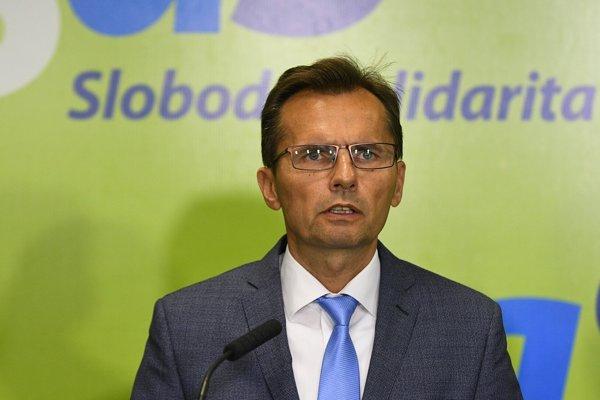 """""""Toto konanie koalície pokladáme za maximálne nezodpovedné voči občanom SR. Za konanie, ktoré priamo ohrozuje obranyschopnosť SR a bezpečnosť občanov. Je nemysliteľné, aby sme dnes, v dobe moderných hrozieb, postupovali podľa strategických dokumentov schválených v roku 2005,"""" povedal na tlačovej konferencii exminister obrany Ľubomír Galko (SaS)."""