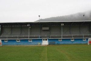 Dažďovú vodu zo strechy tribúny bude obec Margecany využívať na zavlažovanie trávnika futbalového ihriska.