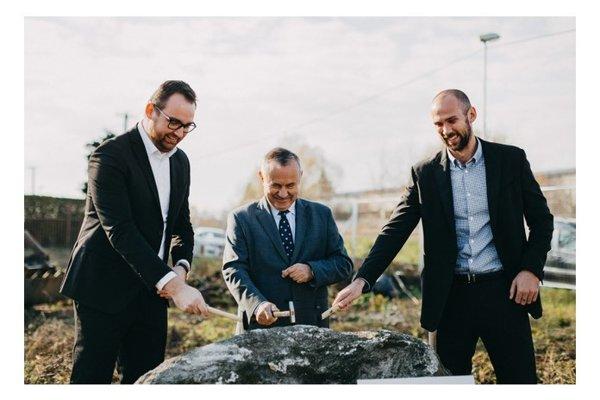 Poklepávanie základného kameňa novej polikliniky.