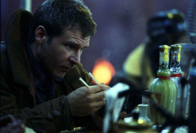 Harrison Ford vo filme Blade Runner z roku 1982.