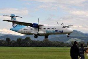 Piloti v Slavnici predvádzali ukážky vojenských stíhacích bojových lietadiel a vrtuľníkov a aj letové ukážky dopravných lietadiel ako lietadla ATR na linke z Košíc do Prahy (na snímke).