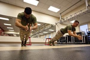 Kľuky s tlesknutím sú vojenskou klasikou. Patria medzi fyzicky najnáročnejšie podtypy cviku. Skúšať by ich mali iba tí, ktorí sa vedia spoľahnúť na silu svalstva na celej hornej polovici tela.