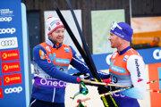 Švajčiar Dario Cologna (vpravo) gratuluje k víťazstvu Sjurovi Röthemu.