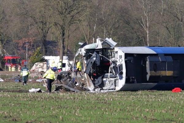 Na videosnímke vykoľajený vlak po zrážke s autožeriavom neďaleko holandského Dalfesnu.