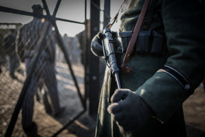 Nemecký vojak so zbraňou v ruke.