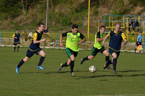 Filip Kovács (v strede s loptou) ešte v drese MFK Rožňava. FOTO: PP