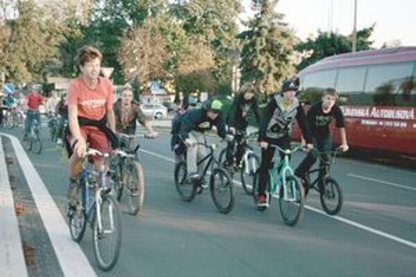 Účastníci cyklojazdy pred železničnou stanicou.