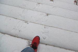 Na chodníkoch je niekde ľad, inde sneh.