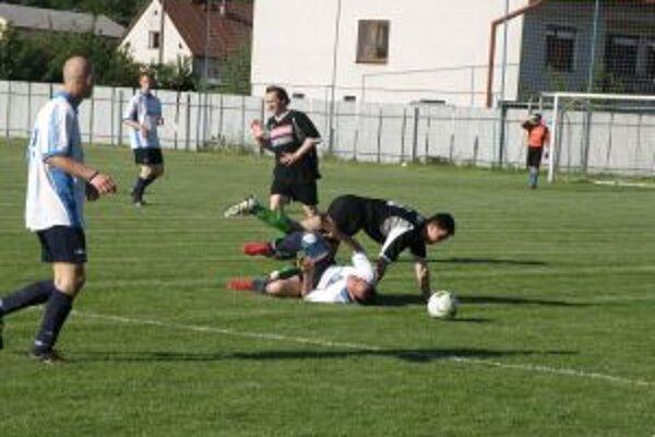 Visolaje (v bielom) aj Udiča doma zhodne zaváhali a podľahli nováčikom o jeden gól.