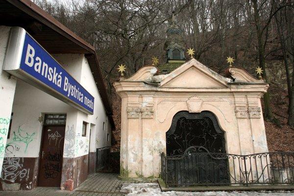 Kaplnka doplatila nielen na tesnú blízkosť stanice, ale aj fakt, že sa nachádza pod úrovňou tterénu.