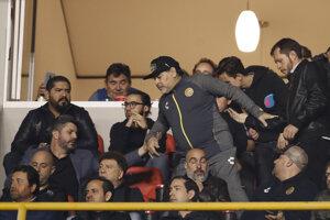 Diego Maradona (v strede).