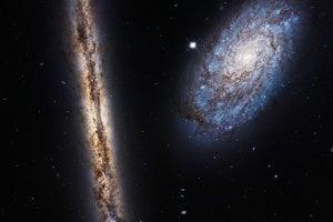 Tesný pár galaxií NGC 4302 and NGC 4298.