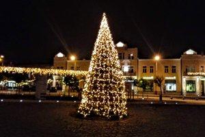 K vysvietenému stromčeku na námestí v Leviciach pribudnú stánky a klzisko.