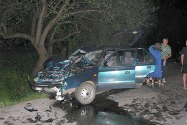 V osobnom aute sa dve osoby zranili ťažko a tri ľahko.