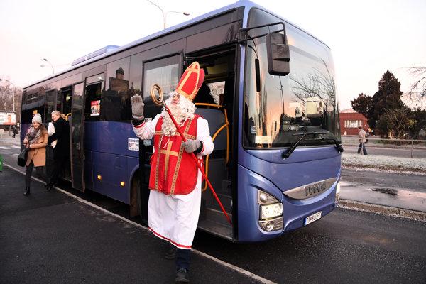 Mikuláš cestoval autobusom.
