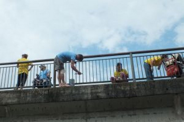 Dobrovoľníci domaľovali most pod cintorínom vedúci z Liptovského Hrádku do Liptovského Petra.