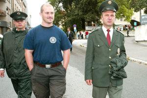 Po autoritatívnom režime volajú hlavne voliči Mariana Kotlebu, ktorý mal nezriedka problém so zákonom.