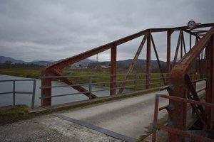 Použiť by mohli chodci tento, most, ale cesta do práce sa im predĺži o niekoľko kilometrov. Navyše, aj náhrada už má svoje odžité.