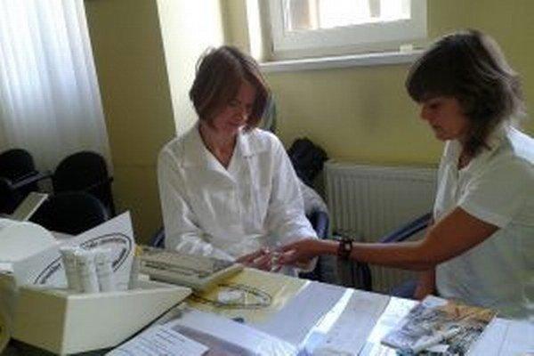 Zdravotná sestra Regionálneho ústavu verejného zdravotníctva so sídlom v Liptovskom Mikuláši robí odber krvi z prsta.